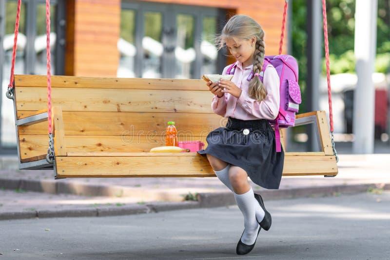 Bambina con pranzo immagini stock libere da diritti
