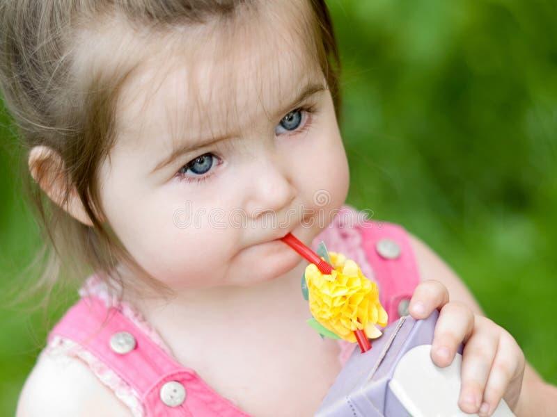 Bambina con spremuta fotografia stock