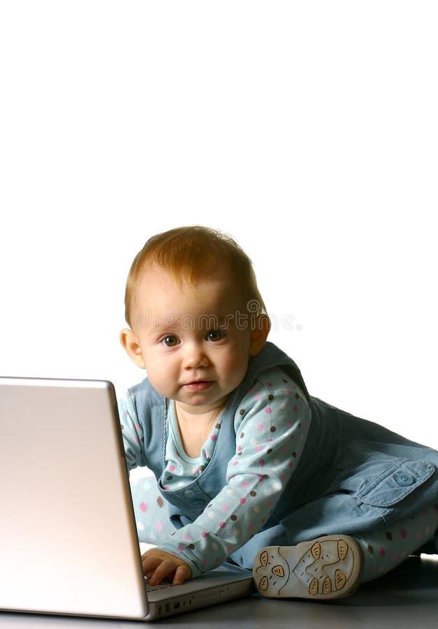 Bambina con un calcolatore immagine stock libera da diritti