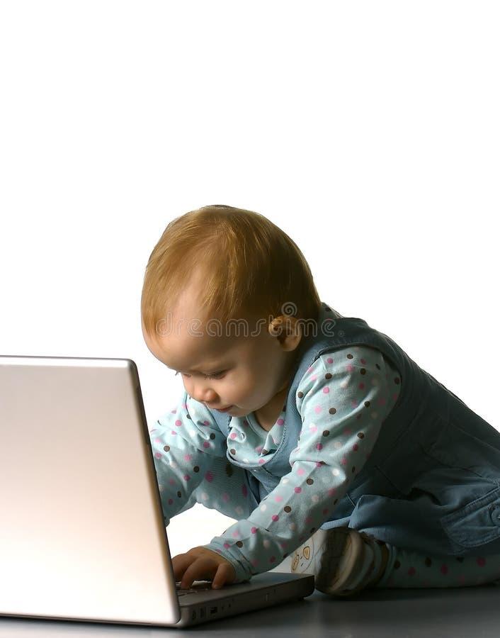 Bambina con un calcolatore fotografie stock libere da diritti