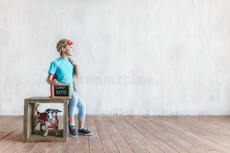 Bambina con un cane fotografia stock