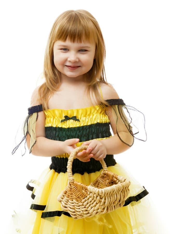 Bambina con un canestro di vimini fotografie stock