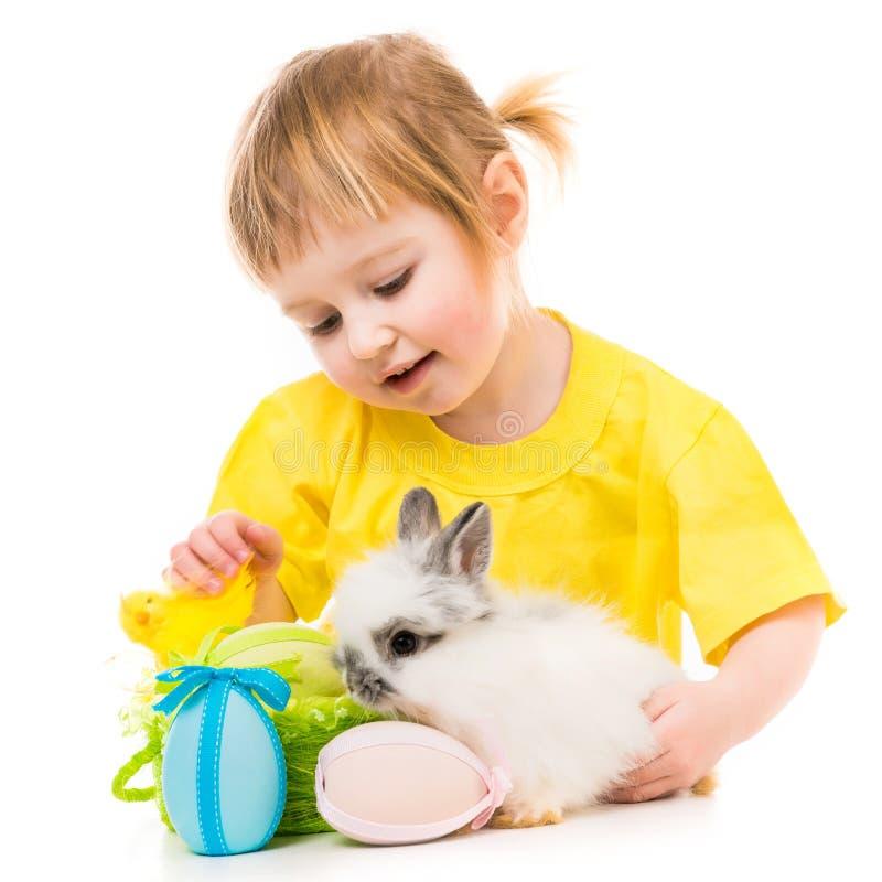 Bambina con un coniglio immagine stock