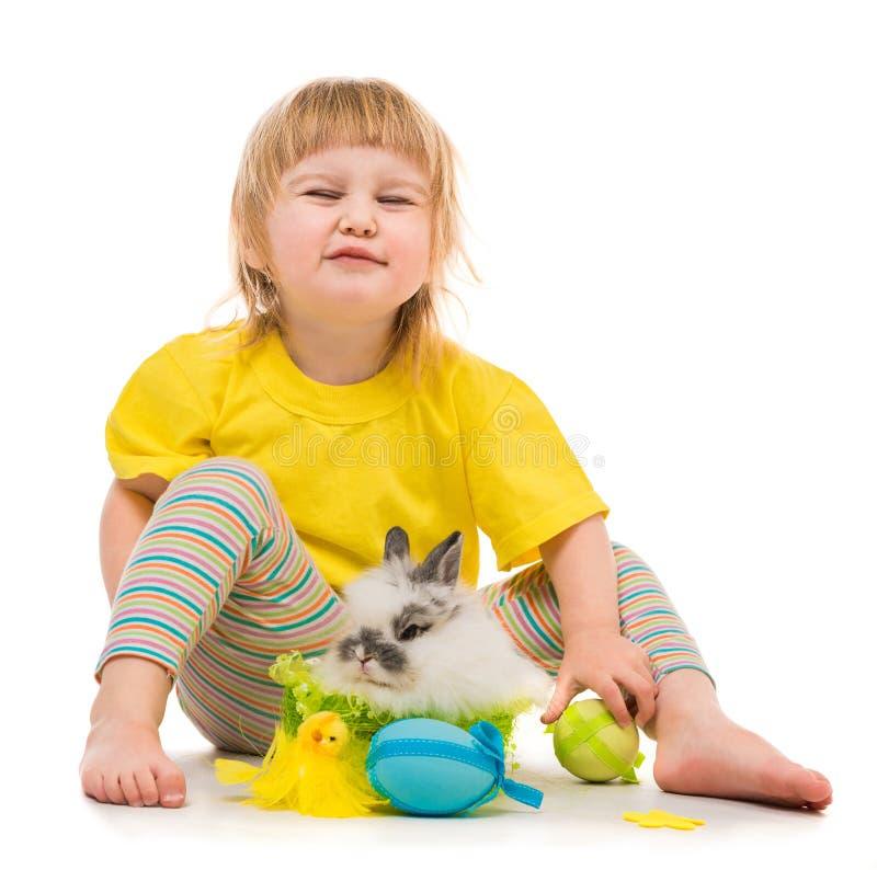 Bambina con un coniglio immagine stock libera da diritti