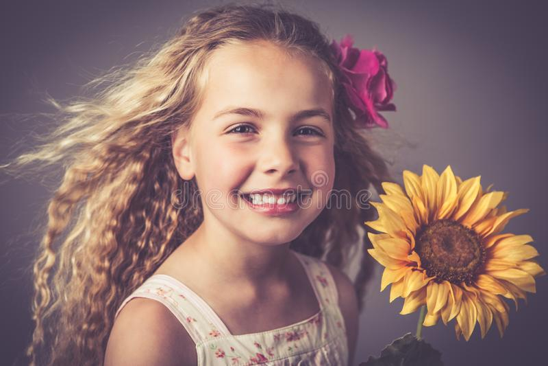 Bambina con un girasole fotografia stock libera da diritti