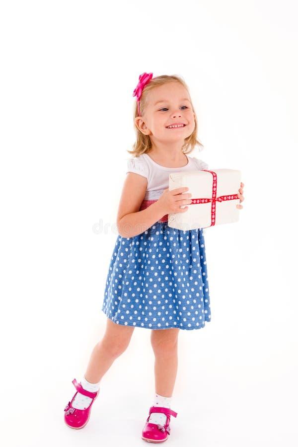 Bambina con un regalo fotografia stock libera da diritti