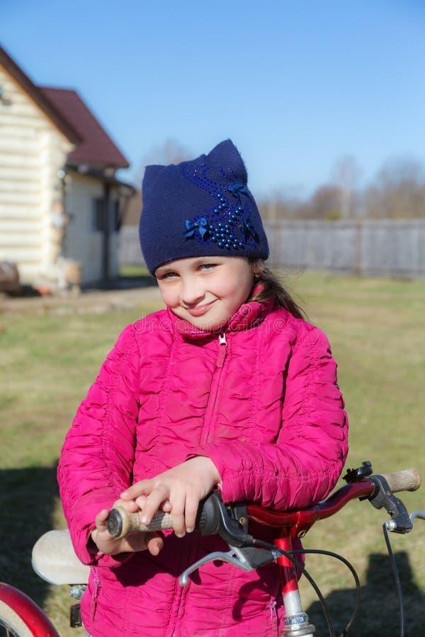 Bambina con una bicicletta fotografie stock