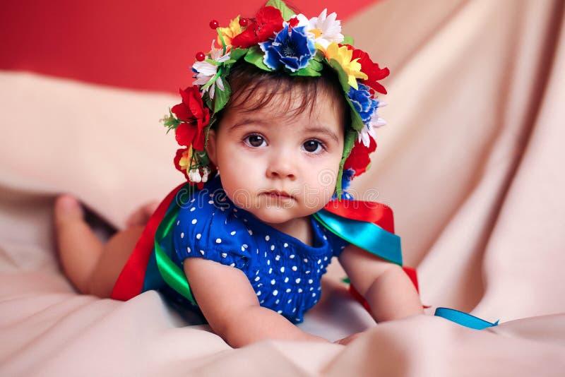 Bambina con una corona sulla sua testa immagine stock