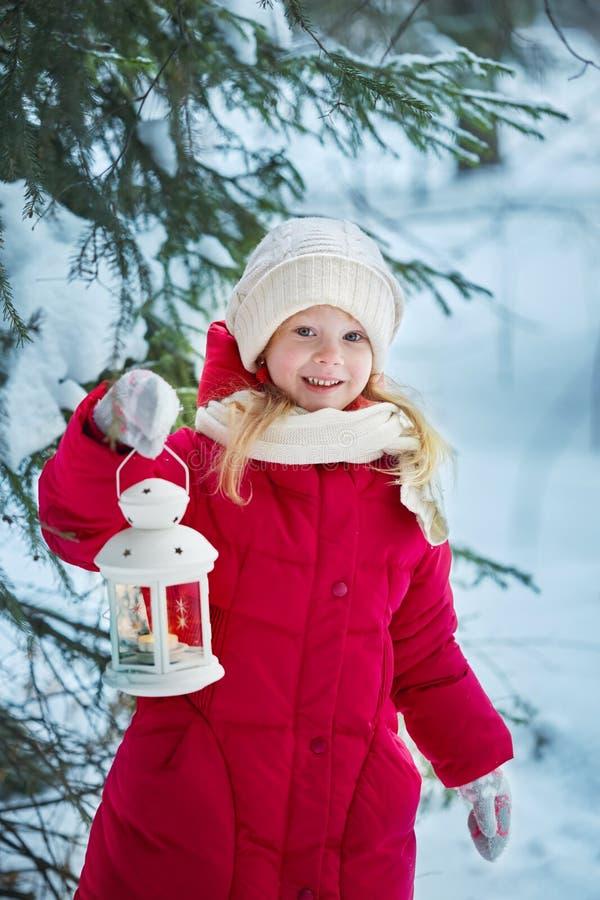 Bambina con una torcia elettrica Foresta, giorno di inverno fotografie stock