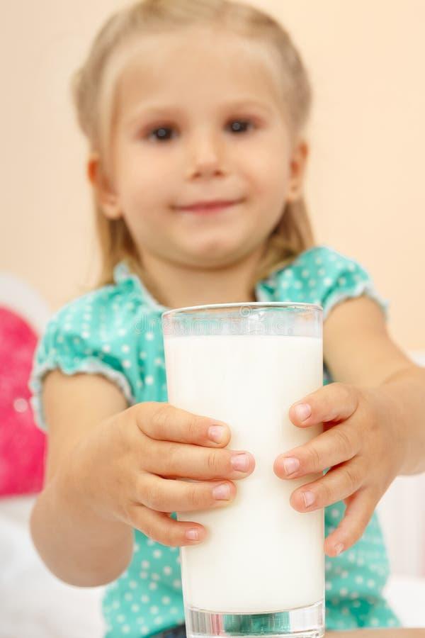 Bambina con vetro di latte fotografie stock libere da diritti