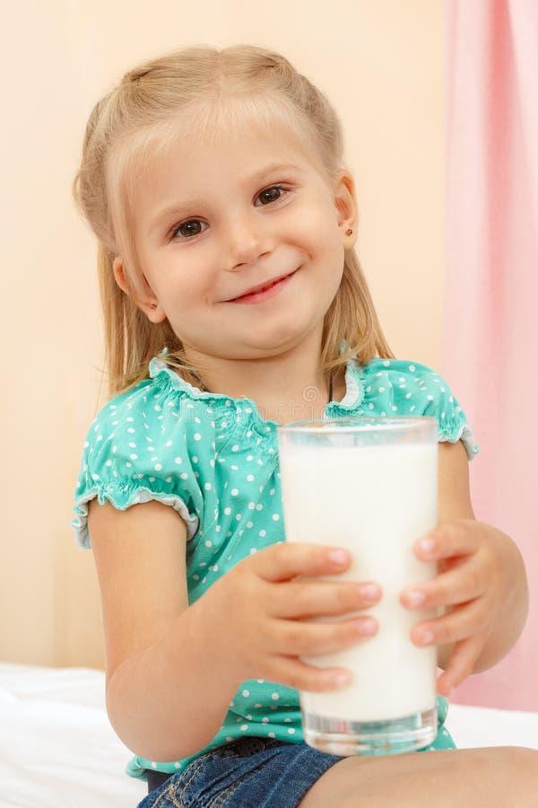 Bambina con vetro di latte fotografia stock