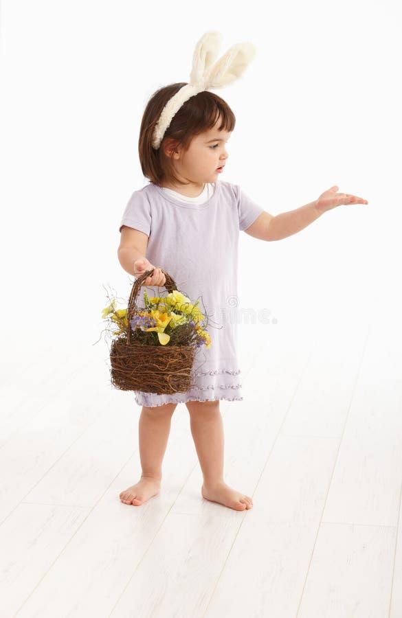 Bambina in costume di Pasqua immagini stock libere da diritti