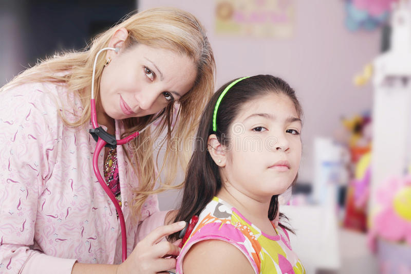 Bambina d'esame del pediatra fotografie stock