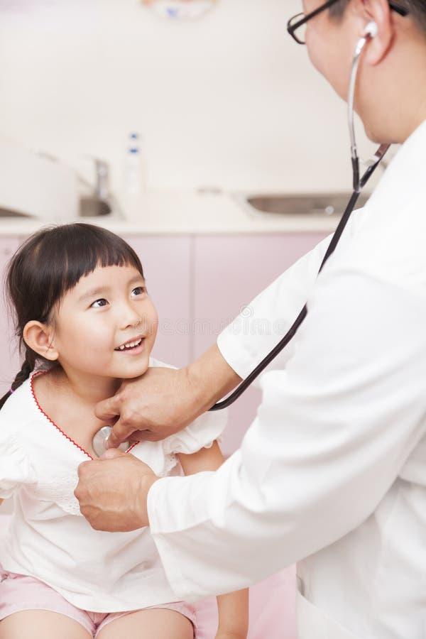 Bambina d'esame del pediatra maschio fotografia stock libera da diritti