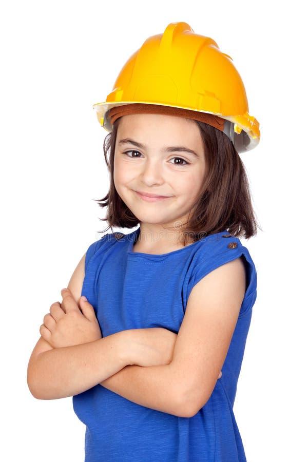 Bambina del Brunette con un casco giallo fotografie stock libere da diritti