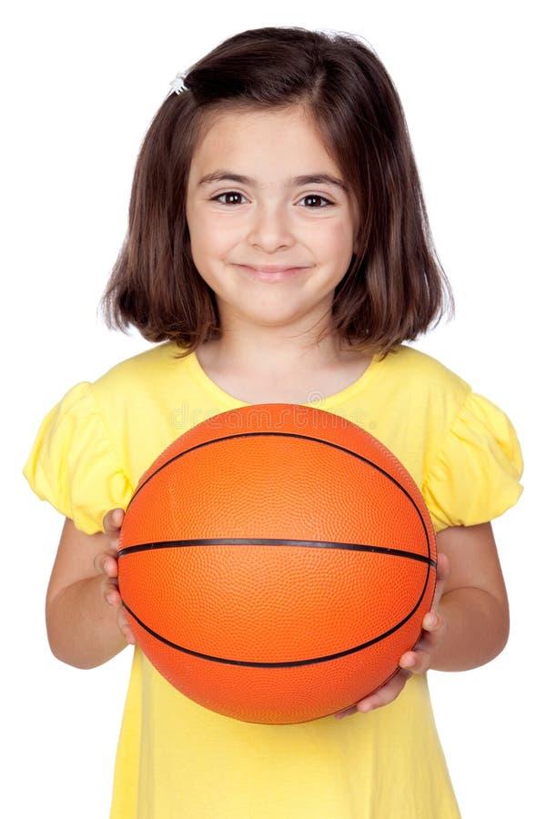 Bambina del Brunette con una pallacanestro fotografie stock