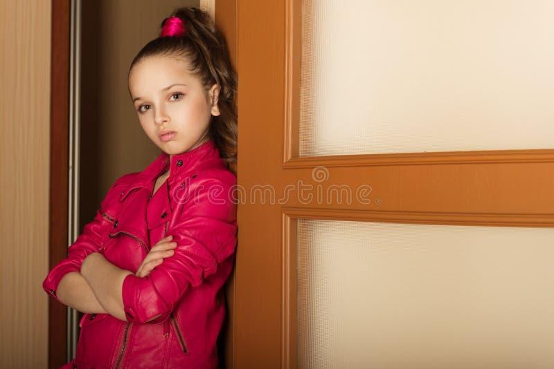 Bambina del ritratto del primo piano nello stile affascinante della roccia fotografie stock libere da diritti