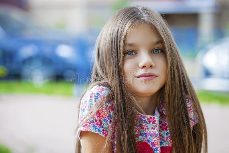 Bambina di Beautifal nel parco di autunno fotografie stock