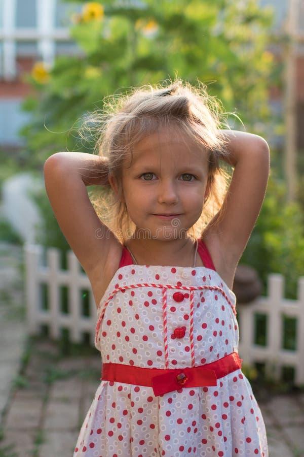 Bambina di bellezza del ritratto al tramonto fotografia stock