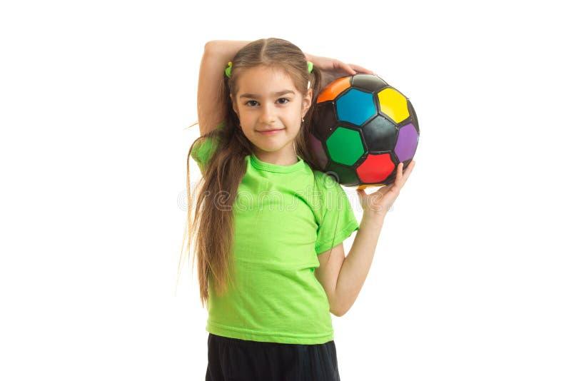 Bambina di Cutie con pallone da calcio multicolore in mani immagine stock libera da diritti