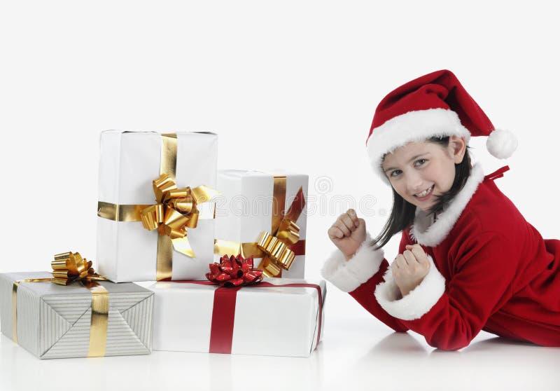 Bambina di natale con i presente immagine stock