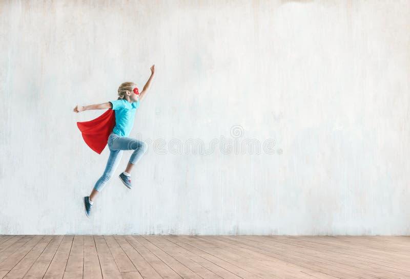 Bambina di salto immagini stock libere da diritti
