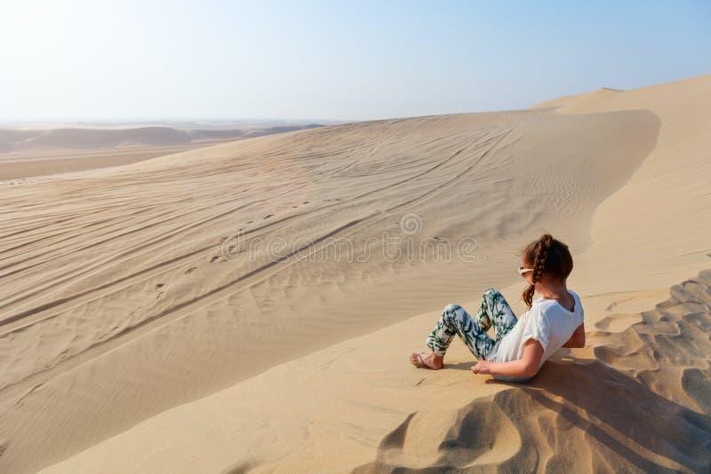 Bambina divertendosi al deserto fotografia stock