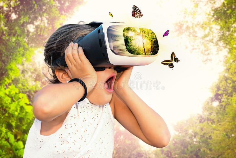 Bambina divertendosi con i vetri di realtà virtuale fotografia stock libera da diritti