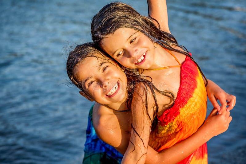 Bambina divertendosi nell'acqua in bojana del Ada, Montenegro immagine stock