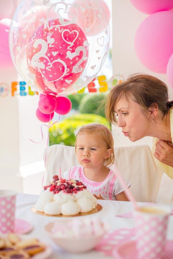 Bambina dolce sulla sua festa di compleanno immagini stock libere da diritti