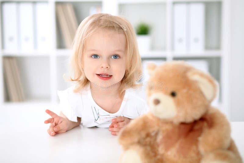Bambina dopo l'esame di salute fotografia stock