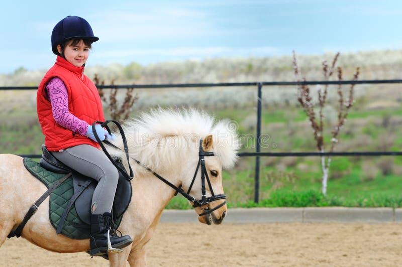Bambina e cavallino immagini stock