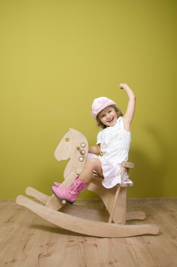 Bambina e cavallo di oscillazione immagini stock libere da diritti