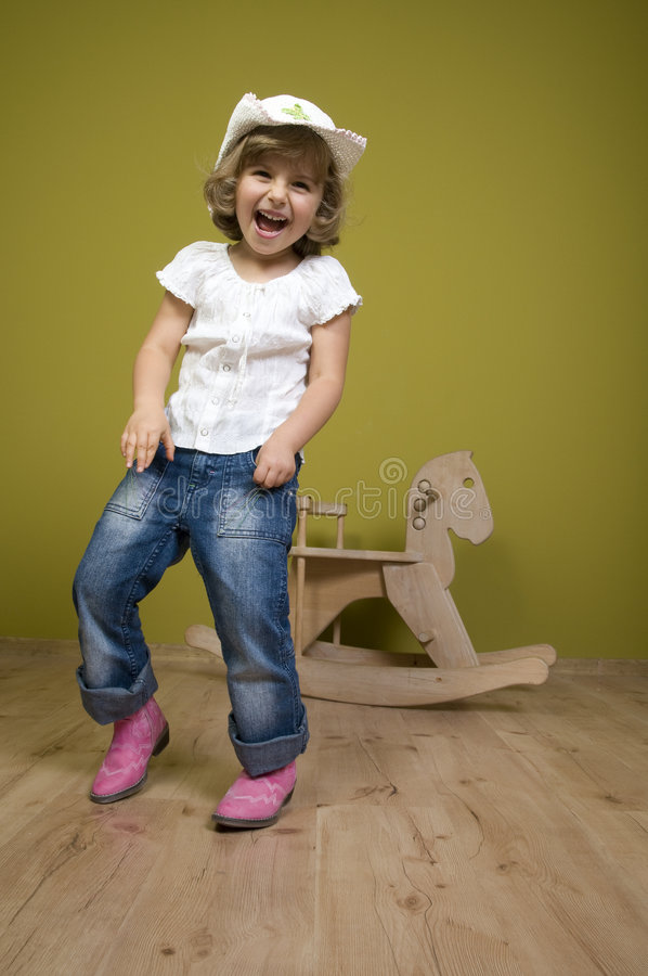 Bambina e cavallo di oscillazione fotografia stock libera da diritti
