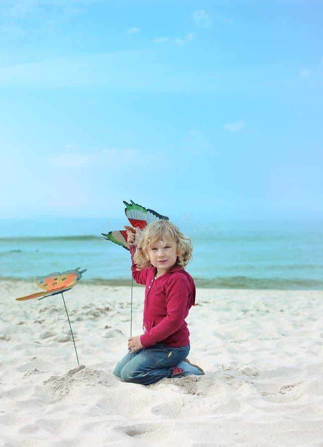 Bambina e farfalle immagine stock