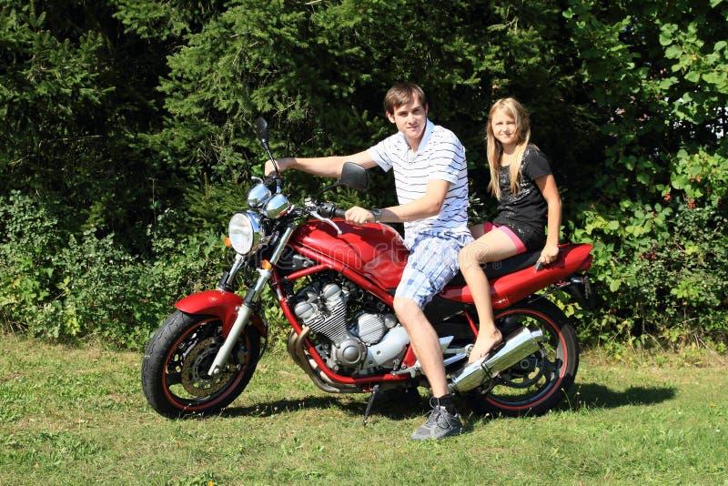 Bambina e giovane sulla motocicletta fotografia stock