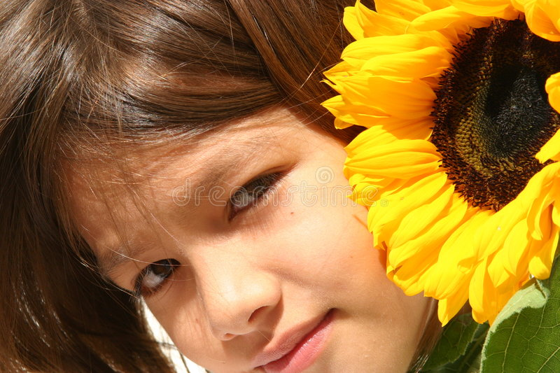 Download Bambina e girasole immagine stock. Immagine di attivo, closeup - 222357