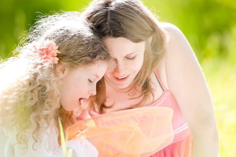 Bambina e la sua madre con la rete della farfalla immagine stock