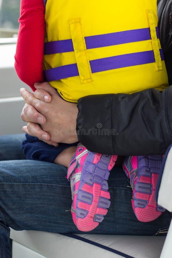 Bambina e papà sulla barca immagini stock libere da diritti