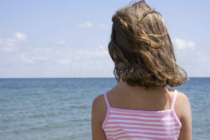 Bambina e spiaggia immagine stock