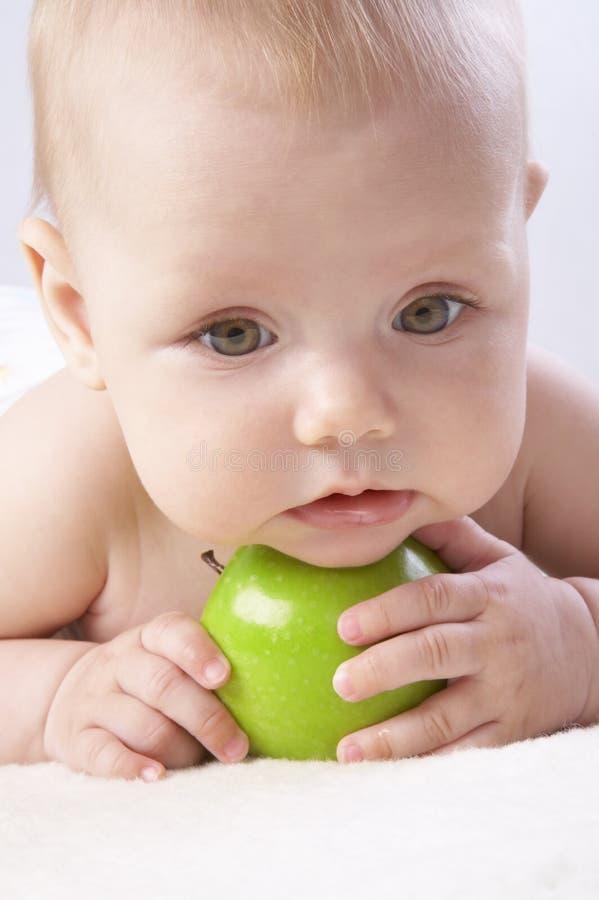 Bambina e una mela #5 fotografie stock libere da diritti