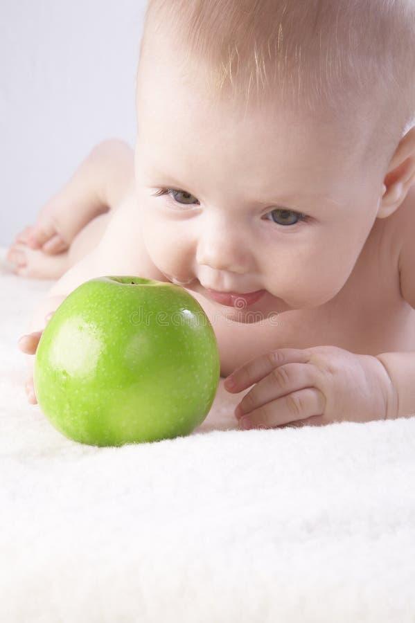 Bambina e una mela #6 immagini stock libere da diritti