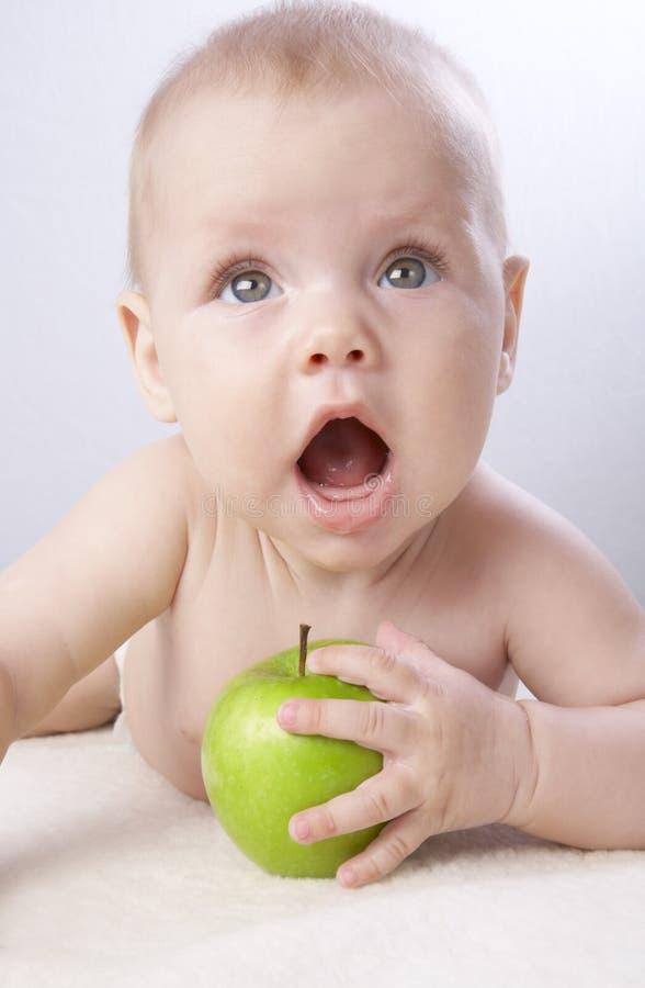 Bambina e una mela #7 fotografie stock