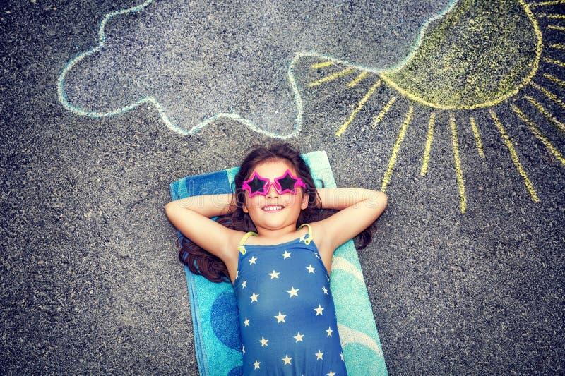 Bambina felice all'aperto immagini stock