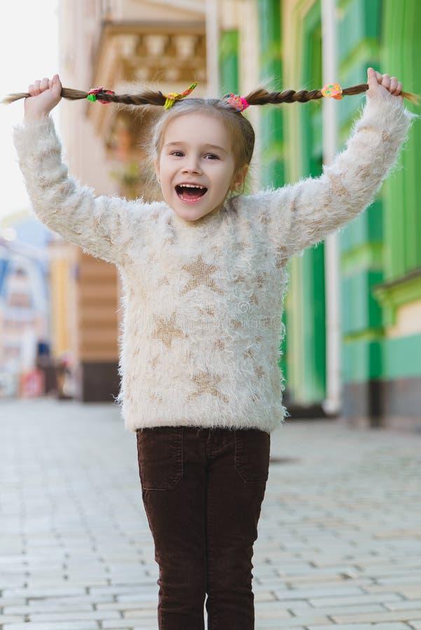 Bambina felice all'aperto in città il bello giorno di molla fotografie stock