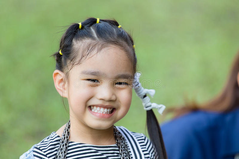 Bambina felice che ha divertimento alla sosta immagine stock libera da diritti