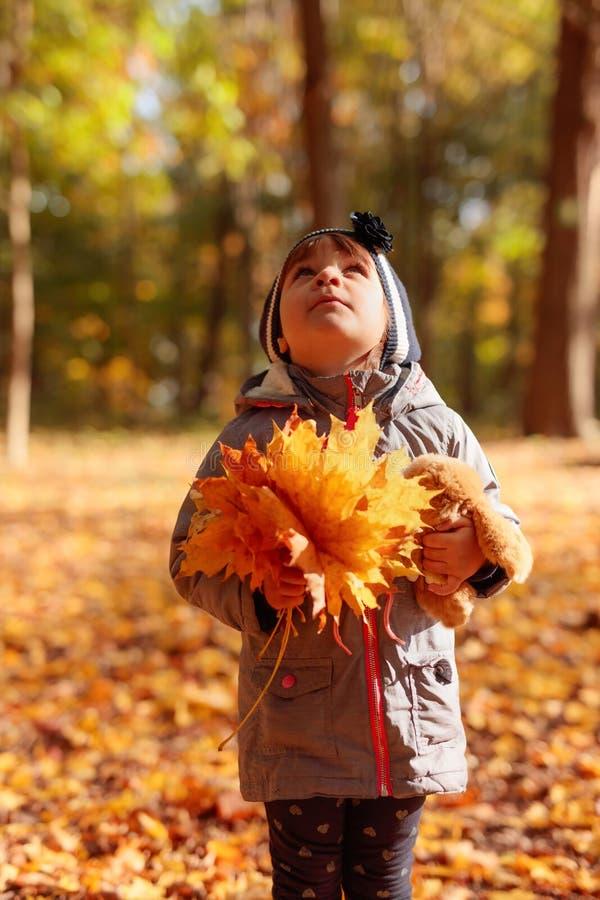 Bambina felice che osserva in su immagine stock libera da diritti