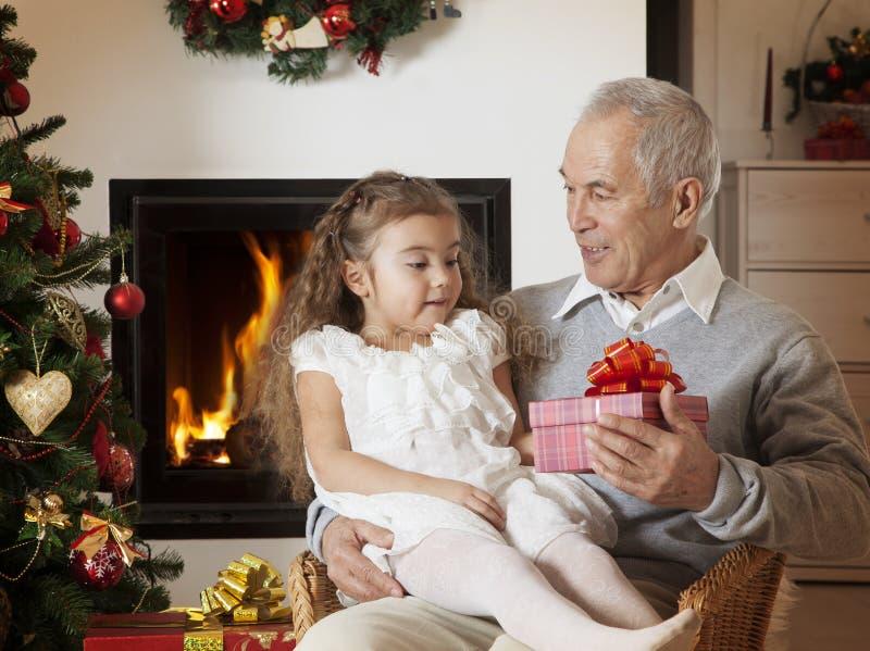 Bambina felice che ottiene regalo di Natale immagine stock