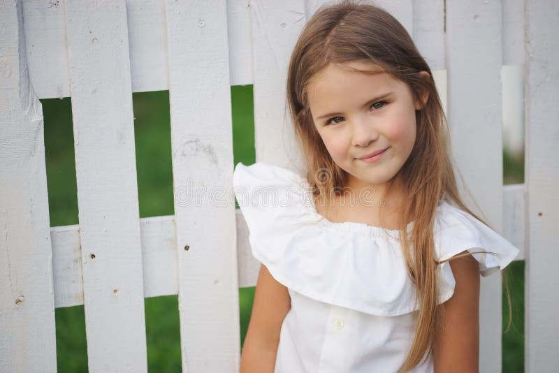 Bambina felice con capelli lunghi fotografie stock libere da diritti