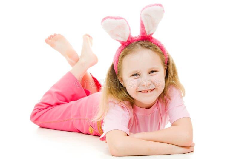Bambina felice con il coniglietto dentellare delle orecchie immagine stock libera da diritti